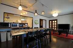 ダイニングの隣はキッチンです。(2013-09-20,共用部,LIVINGROOM,2F)