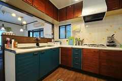 キッチンの様子2。一部の扉がペイントされています。(2013-09-20,共用部,KITCHEN,2F)