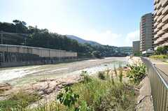 近くには大きな川が流れています。散歩にも良さそう。(2013-09-20,共用部,ENVIRONMENT,1F)