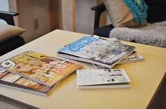 テーブルの上には雑誌がずらり。(2012-03-23,共用部,LIVINGROOM,1F)