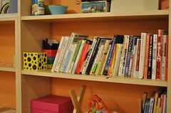 本棚には学生らしい書籍が並んでいます。(2012-03-23,共用部,LIVINGROOM,1F)