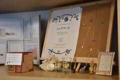 飾り棚はシェアブースとして、入居者さんの作品を飾ることができるようになっています。(2018-11-05,共用部,LIVINGROOM,1F)