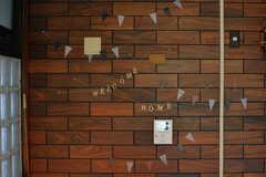 壁にはガーランドが飾られています。(2018-06-13,共用部,LIVINGROOM,2F)