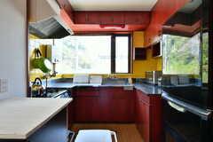 キッチンの様子。黄色のタイルと赤の戸棚は元々この組み合わせだったそう。(2018-06-13,共用部,KITCHEN,2F)