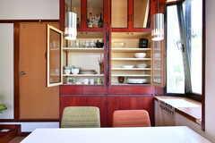 食器棚の様子。キッチンの戸棚と同じ色で統一されています。(2018-06-13,共用部,KITCHEN,2F)