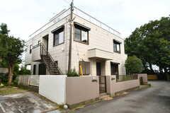 シェアハウスの外観。2世帯住宅で1Fと2Fに玄関があります。(2018-07-10,共用部,OUTLOOK,1F)