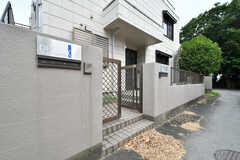 門扉の左右に郵便受けとカメラ付きインターホンが設置されています。左手は1階、右手は2階に繋がります。(2019-08-21,周辺環境,ENTRANCE,1F)