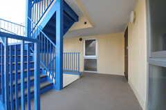 上階へは外階段の階段を使います。右手奥のドアが玄関です。(2014-03-17,共用部,OTHER,2F)