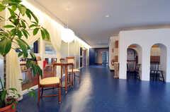 内部から見た玄関周りの様子。左側がラウンジです。(2010-10-15,周辺環境,ENTRANCE,1F)