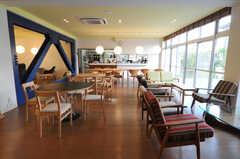 シェアハウスのラウンジの様子2。奥にキッチンがあります。(2010-10-15,共用部,LIVINGROOM,1F)
