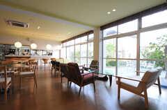 シェアハウスのラウンジの様子9。掃き出し窓からはテラスに出られます。(2010-10-15,共用部,LIVINGROOM,1F)