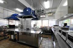 シェアハウスのキッチンの様子。キッチン使用時はスリッパを履き替えます。(2010-10-15,共用部,KITCHEN,1F)