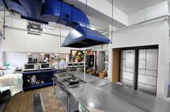 シェアハウスのキッチンの様子2。ダクトはデザインとして敢えて残したのだそう。(2010-10-15,共用部,KITCHEN,1F)