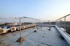 見晴らしの良い屋上は物干しも可能。もう一つ人工芝の敷かれた屋上があります。(2010-10-15,共用部,OTHER,5F)