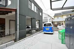 車は常時停めることはできませんが、友人が来た際など一時的な駐車が可能です。(2018-03-06,共用部,GARAGE,1F)