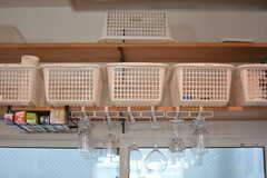 部屋ごとに用意された収納カゴの様子。(2020-08-17,共用部,KITCHEN,2F)