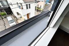 窓の外に鉢植えなどを置くことができます。へりが低いため、洗濯物は干せません。(304号室)(2020-08-17,専有部,ROOM,3F)