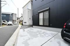 時間貸しの駐車スペース。外部向けに貸し出していますが、入居者さんも使えます。(2020-08-17,共用部,GARAGE,1F)