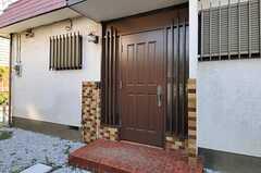 シェアハウスの正面玄関。(2012-11-20,周辺環境,ENTRANCE,1F)