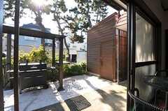 掃き出し窓からは庭に出られます。(2012-11-20,共用部,OTHER,1F)