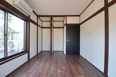 専有部の様子2。窓からはベランダに出られます。(202号室)(2012-11-20,専有部,ROOM,2F)
