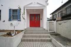 玄関へは数段階段を上ります。(2014-02-27,周辺環境,ENTRANCE,1F)