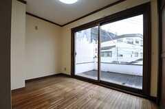 専有部の様子2。掃き出し窓からはベランダに出られます。(201号室)(2014-02-27,専有部,ROOM,2F)