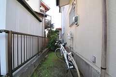自転車置き場の様子。無料で使用できるレンタル用の自転車も2台あります。(2013-10-28,共用部,GARAGE,1F)