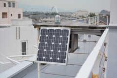 屋上の照明はソーラーパネルで賄っているそう。(2018-10-15,共用部,OTHER,5F)
