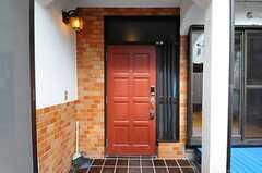 シェアハウスの正面玄関。(2013-07-29,周辺環境,ENTRANCE,1F)