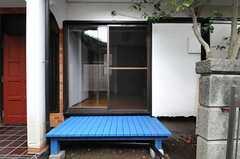 専用の濡れ縁が付いています。(101号室)(2013-07-29,専有部,ROOM,1F)