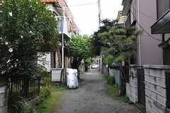 シェアハウス前の小道。左手の空き地に自転車を停められます。(2013-07-29,共用部,ENVIRONMENT,1F)
