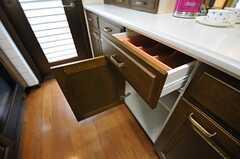 収納は各部屋引き出しと棚を1つずつ使用できます。(2013-02-18,共用部,KITCHEN,2F)