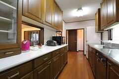 キッチンの様子2。奥にランドリーがあります。(2013-02-18,共用部,KITCHEN,2F)