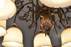 シャンデリアも凝った意匠。(201号室)(2013-02-18,専有部,ROOM,2F)