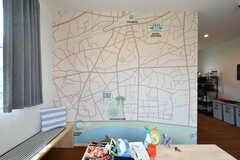 周辺のマップが壁一面に描かれています。(2018-07-11,共用部,LIVINGROOM,1F)