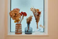 階段の窓に飾られたドライフラワー。(2019-11-22,共用部,OTHER,2F)