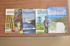 ハワイに関連する本が置いてあります。6ヶ月以上の入居する場合は、オーナーさんの所有するハワイの物件に年間7日間無料で泊まれる特典があるとか!(2016-03-01,共用部,LIVINGROOM,1F)