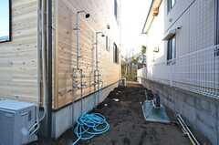 建物の裏手には屋外シャワーも付いています。足元はこれからコンクリートで整備される予定です。(2016-03-01,共用部,OTHER,1F)