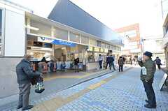 小田急江ノ島線・鵠沼海岸駅の様子。駅の目の前には美味しいと評判のハンバーガーが食べられるカフェがあります。(2016-03-01,共用部,OTHER,1F)
