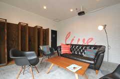 無骨な床と塗装仕上げの壁面です。(2013-03-18,共用部,LIVINGROOM,1F)