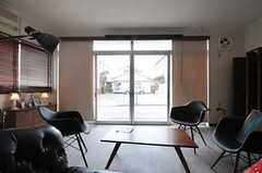 ソファから通りを眺めるとこんな感じ。(2013-03-18,共用部,LIVINGROOM,1F)