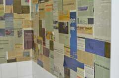 トイレの壁面にはnewspaperが貼られています。(2013-03-18,共用部,TOILET,1F)