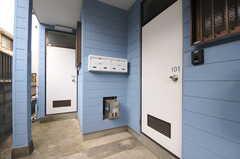 専有部のドア。1Fの2部屋は1DKの間取りで、水まわり設備も専有です。(2013-03-18,専有部,ROOM,1F)