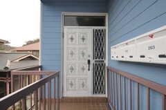 玄関の様子。2Fの間取りは3LDKで、女性専用です。(2013-03-18,周辺環境,ENTRANCE,2F)
