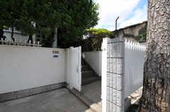 シェアハウスの門扉の様子。階段を上がると玄関です。(2012-07-02,周辺環境,ENTRANCE,1F)