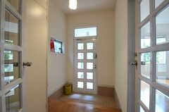 内部から見た玄関周りの様子。(2012-07-02,周辺環境,ENTRANCE,1F)