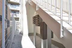 階段裏にポストと宅配BOXがあります。(2014-09-30,周辺環境,ENTRANCE,1F)