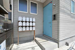 玄関ドアの様子。ドアの手前には部屋ごとの郵便受けが設置されています。(2018-07-11,周辺環境,ENTRANCE,1F)