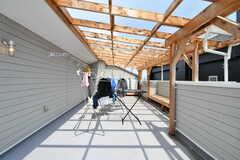 屋上の様子。天井には透明な屋根が掛けられているため、雨が降っても濡れません。(2018-07-11,共用部,OTHER,3F)